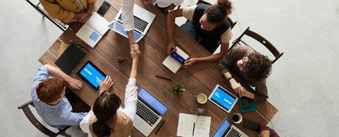 Grupo sentado em uma mesa para demissão voluntária