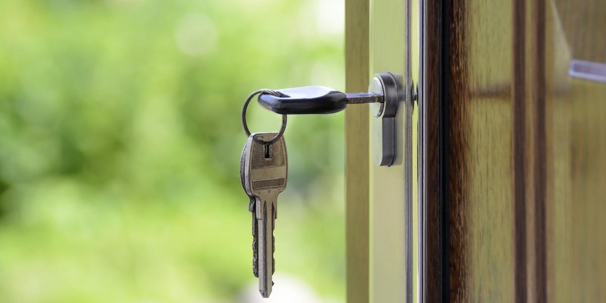 Chave pendurada na porta; É ilegal novo morador pagar débitos deixados pelo inquilino anterior