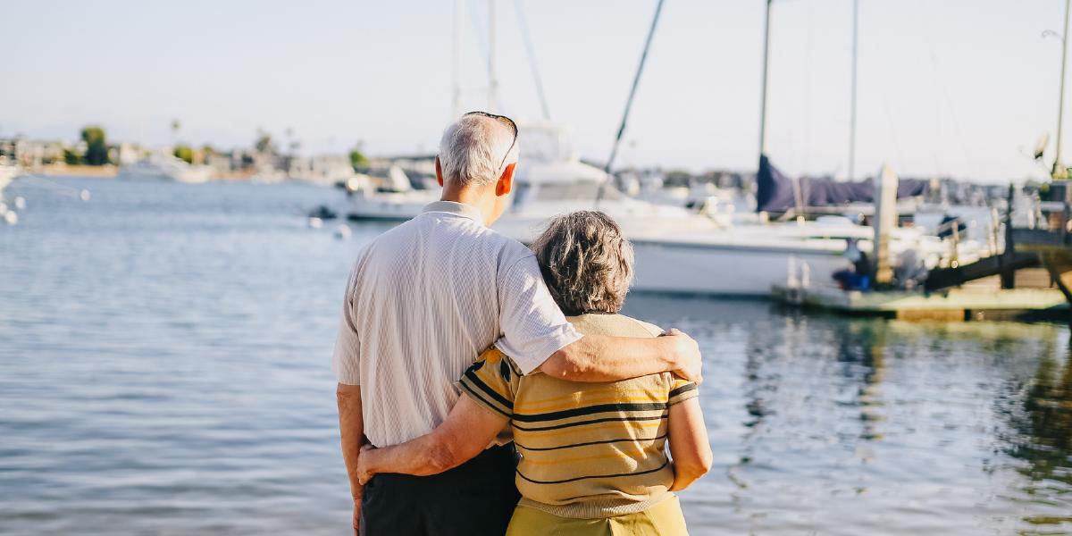 casal de idosos se abraçando de costas