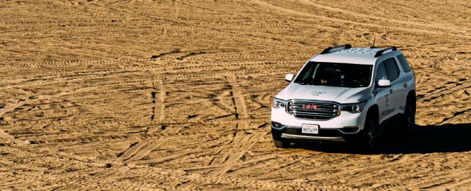camionete branca no deserto