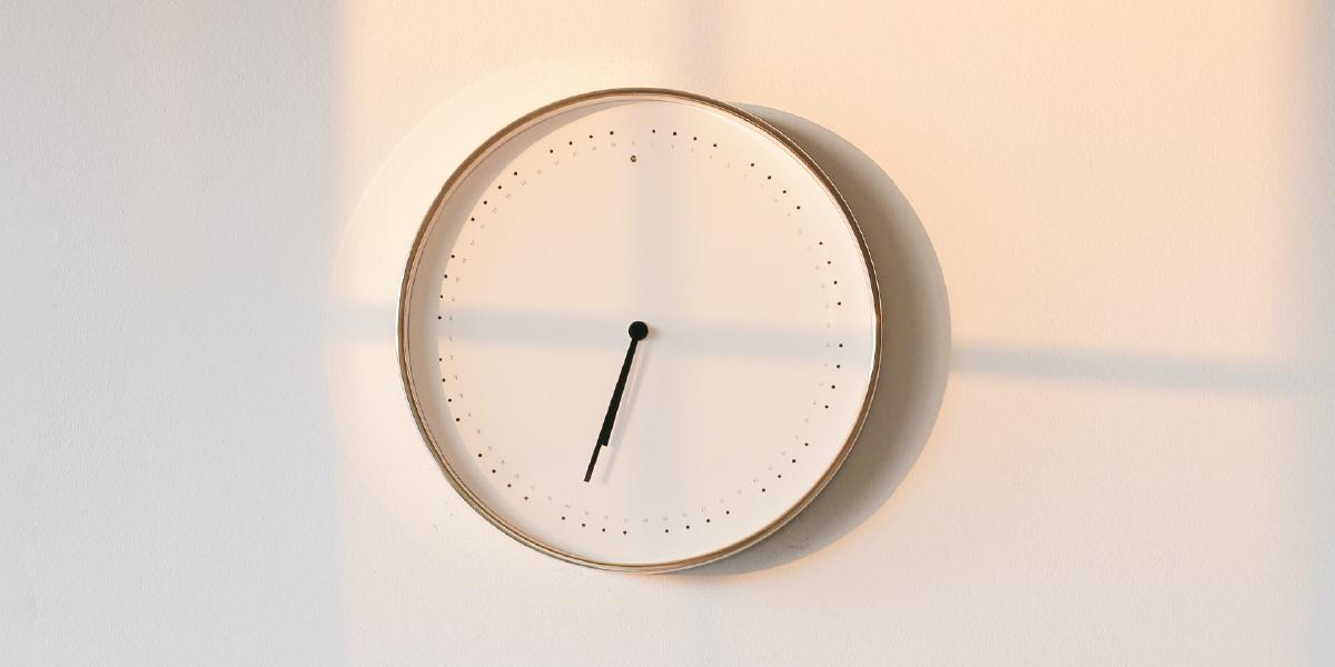 relógio na parede branca