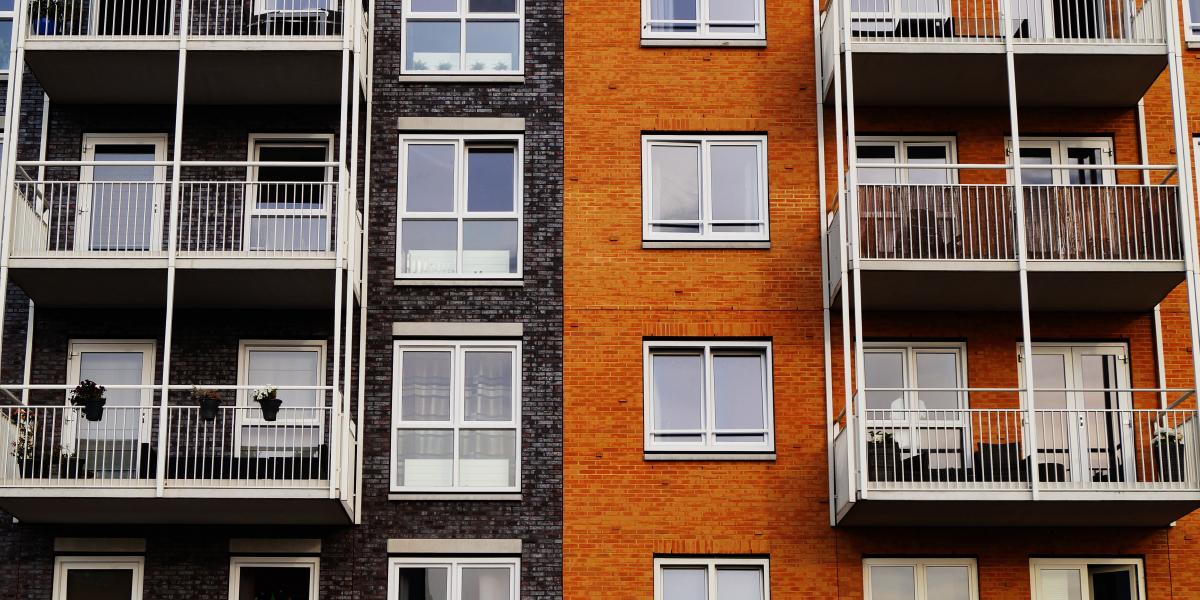 prédio com várias janelas